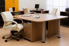 Biurko przy nowożytnym biurem Zdjęcia Royalty Free