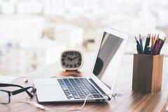 Biurko z laptopem i rzeczami Obrazy Stock