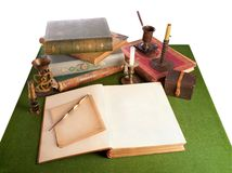 Biurko z otwartą książką i starym materiały obrazy stock
