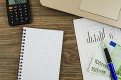 Biuro, biznesów narzędzia z pieniądze na drewnianym stole Zdjęcia Royalty Free