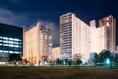 Biuro i budynki mieszkaniowi przy nocą zdjęcia royalty free