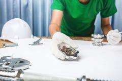Biuro inżynier przemysłowa kontrola jakości metal i stal Obraz Royalty Free