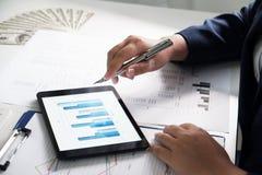 biuro pracy kobiet pieniężna analiza z mapami na ochraniaczu dla biznesu, księgowości, ubezpieczenia lub finanse pojęcia, obrazy stock
