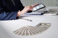 biuro pracy kobiet pieniężna analiza z mapami na ochraniaczu dla biznesu, księgowości, ubezpieczenia lub finanse pojęcia, zdjęcia royalty free