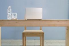Biuro stół z notatnikiem i naturalną wodą mineralną Widok od Zdjęcie Stock