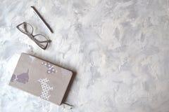 Biuro stół z notatnikiem, piórem, ołówkiem i szkłami, Eleganccy biurowi tems obrazy royalty free