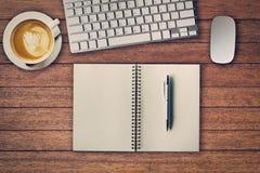 Biuro stół z notepad, komputer, filiżanka i komputer, Fotografia Stock