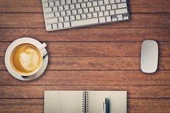Biuro stół z notepad, komputer, filiżanka i komputer, Fotografia Royalty Free