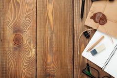 Biuro stół z notepad, rocznik kopertą i dostawami, Zdjęcia Royalty Free