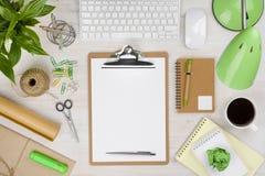 Biuro stół z papierowym właścicielem w centrum i różnorodnych dostawach Zdjęcie Royalty Free