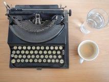 Biuro stół z starym maszyna do pisania zdjęcia stock