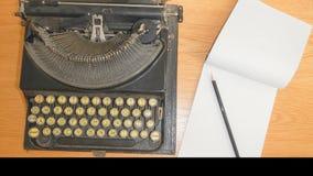 Biuro stół z starym maszyna do pisania zdjęcie royalty free