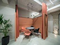 Biuro w loft stylu z pomarańczową spotkanie strefą Zdjęcie Stock
