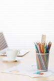Biuro z z laptopem, ołówkami i kawą, Obraz Royalty Free