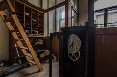 biuro z zegarem w papierowej fabryce obraz stock