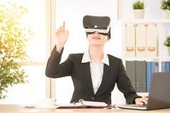 Biurowa kobieta patrzeje przez rzeczywistości wirtualnej Zdjęcie Stock