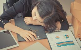 Biurowa kobieta śpi nad jej biurowym biurkiem Obraz Royalty Free