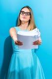 Biurowa kobieta z stertą dokumenty Obrazy Stock