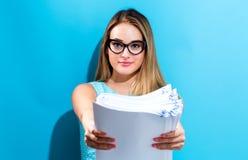 Biurowa kobieta z stertą dokumenty Obraz Stock