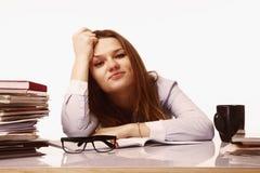 Biurowa praca wyczerpująca i męcząca kobieta pracuje z dokumentami p Obrazy Stock