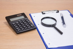 Biurowa stacja robocza z kalkulatorem i magnifier zdjęcie stock