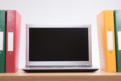 Biurowe dokument falcówki i otwarty laptop zdjęcie stock