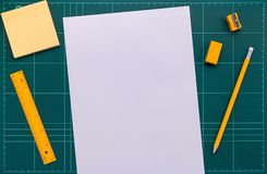 Biurowe dostawy i papier na rozcięcie macie, mieszkanie nieatutowy obrazek zdjęcie stock
