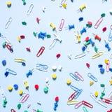 Biurowe dostawy w postaci barwionych guzików i papierowych klamerek Obraz Stock