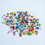 Biurowe dostawy w postaci barwionych guzików i papierowych klamerek Fotografia Royalty Free