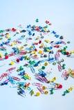 Biurowe dostawy w postaci barwionych guzików i papierowych klamerek Zdjęcie Royalty Free