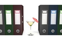 Biurowe falcówki i Martini koktajl dekorowali z czerwonym parasolem Obraz Stock