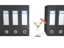 Biurowe falcówki i Martini koktajl dekorowali z czerwonym parasolem Zdjęcie Stock