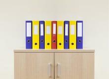 Biurowe falcówki na nowożytnym minimalnym biurze Obraz Stock