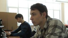 Biurowe pracodawcy pracują w biurze na komputerach w dnia czasie zbiory