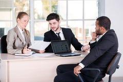Biurowe sprawy Trzy pomyślnego ludzie biznesu siedzi w Obraz Royalty Free