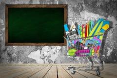 Biurowe, szkolne dostawy w wózek na zakupy/ zdjęcia stock
