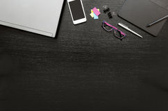 Biurowego biurka biznesowy tło z laptopem, smartphone, wysyła je, cyfrową pastylka, pióro, gogle, segregator klamerki i pióro, Obrazy Royalty Free
