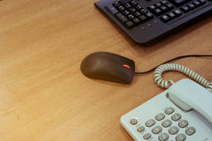 Biurowego biurka drewna stół z klawiaturowym komputerem osobistym, mysz i biurko, dzwonimy Obrazy Royalty Free