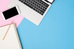 Biurowego biurka działania przestrzeń - mieszkanie odgórnego widoku mockup pracująca przestrzeń z laptopem nieatutowa fotografia Obrazy Stock