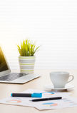 Biurowego biurka miejsce pracy z laptopem i kawą Zdjęcie Stock