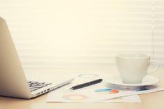 Biurowego biurka miejsce pracy z laptopem i kawą Obrazy Royalty Free
