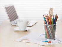 Biurowego biurka miejsce pracy z laptopem, kawą i ołówkami, Zdjęcia Royalty Free