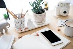 Biurowego biurka mieszkanie kłaść z coffe, smartphone i sukulentami, styl Obraz Royalty Free