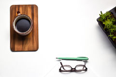 Biurowego biurka stół z dostawy filiżanką i dekoracją wierzchołek Fotografia Stock