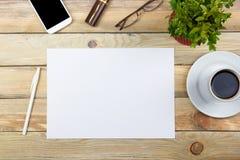 Biurowego biurka stół z komputerem, pióro i filiżanka kawy, udział rzeczy Odgórny widok z kopii przestrzenią Fotografia Royalty Free