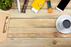 Biurowego biurka stół z komputerem, pióro i filiżanka kawy, udział rzeczy Odgórny widok z kopii przestrzenią Zdjęcia Royalty Free