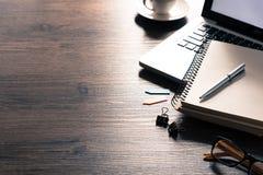 Biurowego biurka stół z komputerem, srebra piórem i czarną filiżanką, Zdjęcie Stock