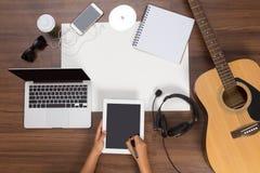 Biurowego biurka tła ręka pisać ekran sensorowy na pastylce Obraz Royalty Free