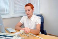 Biurowego kierownika dziewczyna wybiera numer numer telefonu z wyrazu zdjęcia stock