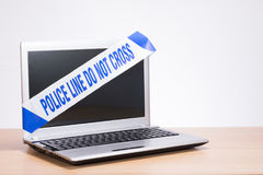 Biurowego komputeru laptop i polici miejsca przestępstwa taśma zdjęcia royalty free
